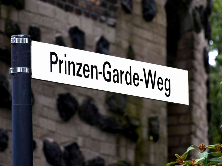 Neues Straßenschild in Köln ist der Prinzen-Garde-Weg 1