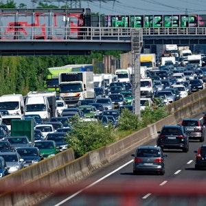 Viele Autos stehen im Stau auf der A3 bei Köln.