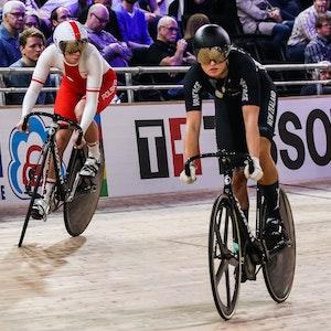 Polin Urszula Los und Olivia Podmore (r.) aus Neuseeland fahren bei den Weltmeisterschaften im Bahnradfahren auf der Wettkampfbahn in Berlin.
