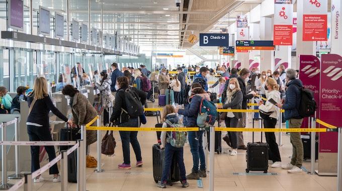 Fluggäste beim Check-in am Flughafen Köln/Bonn.