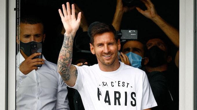 Lionel Messi winkt bei seiner Vorstellung in Paris in die Menge.