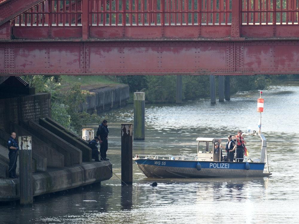 Die Polizei sucht nach einem mysteriösen Leichenfund (hier ein Einsatz in Hamburg) nach Zeugen.
