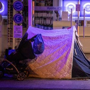 Ein Obdachloser hat sein Zelt vor einer Filiale des Optikers Apollo aufgeschlagen.