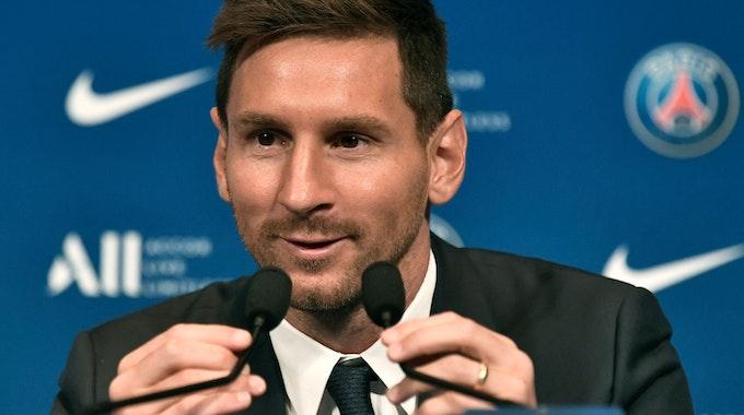 Lionel Messi spricht bei der Pressekonferenz während seiner Vorstellung bei Paris Saint-Germain im Stadion Parc des Princes ins Mikrofon.