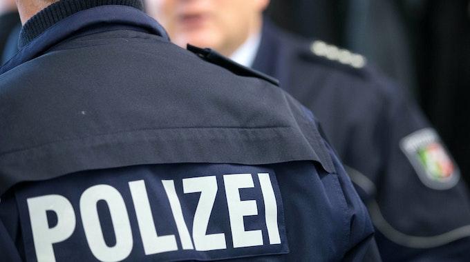 Zwei Polizisten unterhalten sich in Münster.