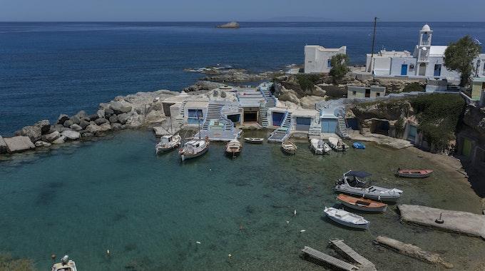 Unglück in Griechenland: Eine Jacht sinkt. Boote liegen in der Hafenbucht von Mandrakia auf der griechischen Insel Milos.
