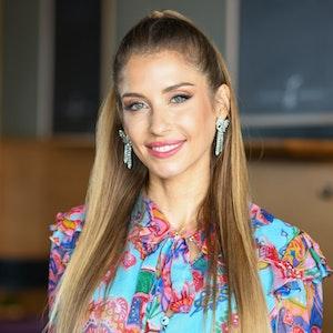 Cathy Hummels stellt auf einem Pressetermin die neue Staffel der Reality-Show Kampf der Realitystars vor und lächelt dabei in die Kamera.