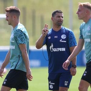 Beim Trainingsauftakt des FC Schalke 04 gibt Schalkes Trainer Dimitrios Grammozis (M.) Anweisungen an Schalkes Timo Becker.