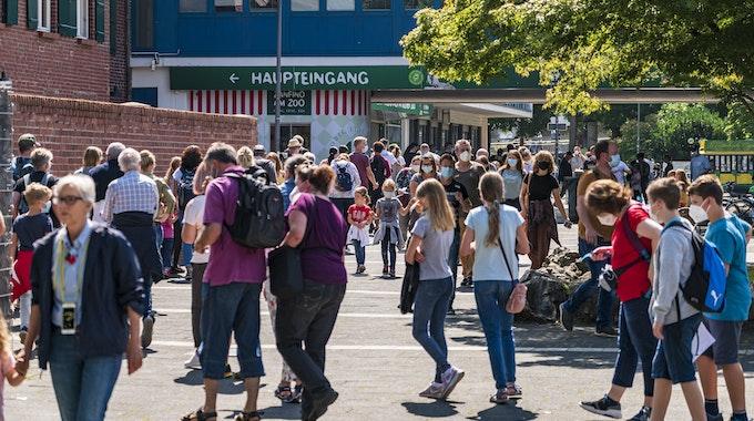 Menschen drängen in den Kölner Zoo. Foto von Alexander Roll, honorarfrei