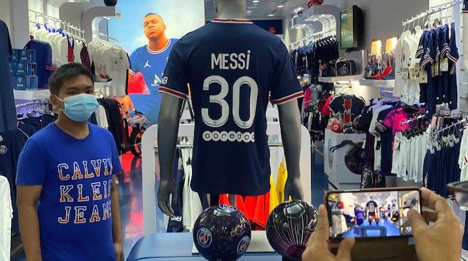 Paris-Fanshop: Kunden schauen sich in Doha das neue Trikot von Lionel Messi an.