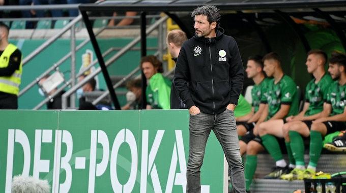 Wolfsburgs Coach Mark van Bommel während des Pokalspiels gegen Preußen Münster.