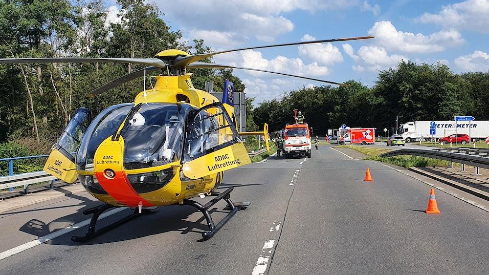 Ein Rettungshubschrauber landete nach dem Unfall auf der A1 und brachte einen Schwerverletzten in eine Klinik.