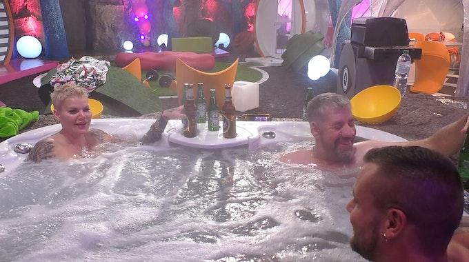 """Melanie Müller, Uwe Abel und Eric Sindermann (v.l.) genießen den Whirlpool im Luxus-Bereich von """"Promi Big Brother""""."""