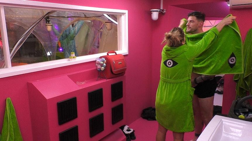 "Daniela Büchner packt Pascal Kappés bei ""Promi Big Brother"" 2021 in ein Handtuch ein."