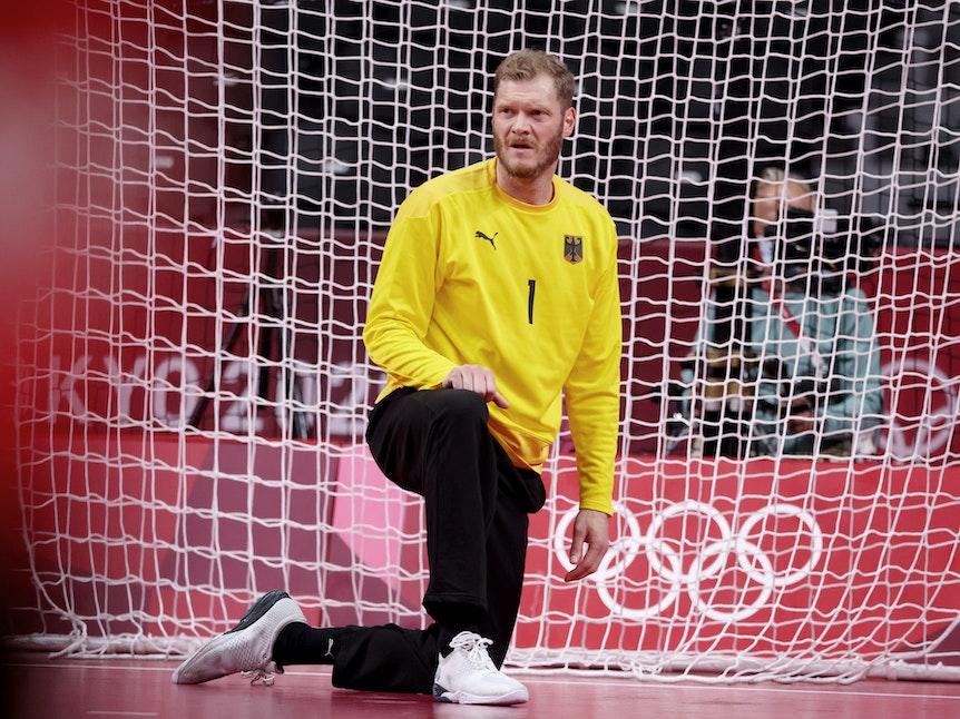Deutschlands Torhüter Johannes Bitter kniet während des Olympia-Viertelfinals gegen Ägypten am Boden.