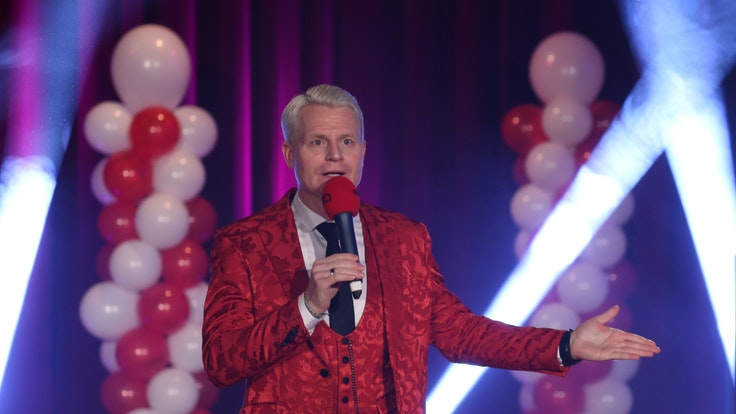 Guido Cantz als Redner auf der Bühne bei der Proklamation des Porzer Dreigestirns. Foto von Martina Goyert, honorarfrei