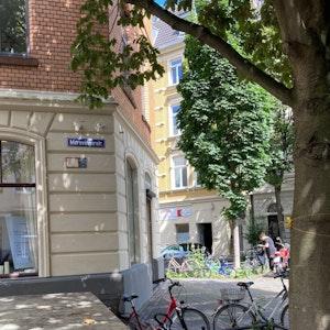 In der Merowingerstraße gibt es ein Schild mit anderer Schreibweise, hier heißt es Merovingerstraße. Bei den blauen Straßennamensschildern handelt es sich um eine historische Beschilderung.