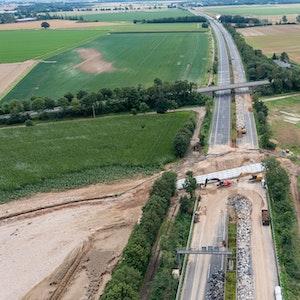 Rohre werden an der Stelle der A61 bei Swisttal-Ollheim verlegt, wo die Autobahn durch die Flutkatastrophe absackte und zerstört wurde. Die A61 ist bei Swisttal noch auf unbestimmte Zeit voll gesperrt.