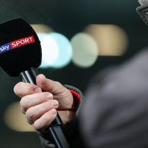 Ein Mikrofon des Pay-TV-Senders Sky Sport ist bei einem Interview am Rande der Bundesliga-Begegnung SC Paderborn 07 - VfL Wolfsburg zu sehen.