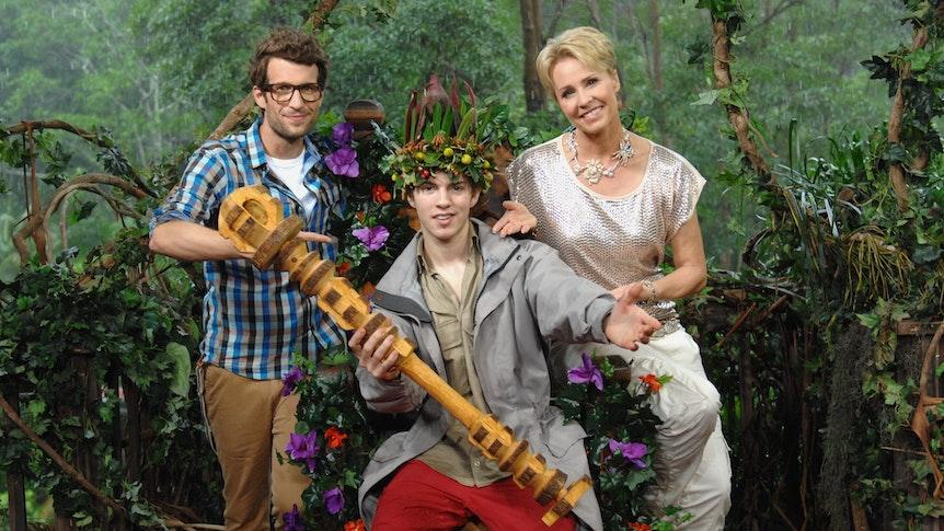 """Joey Heindle, hier umrahmt von den """"Dschungelcamp""""-Moderatoren Daniel Hartwich und Sonja Zietlow, wurde 2013 zum Dschungelkönig gekürt."""
