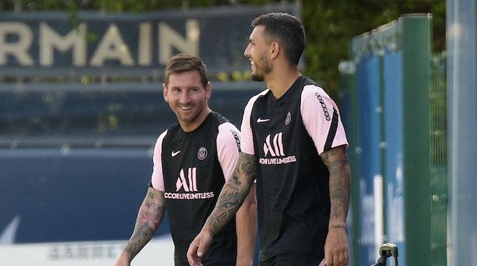 Lionel Messi und Leandro Paredes scherzen beim PSG-Training.