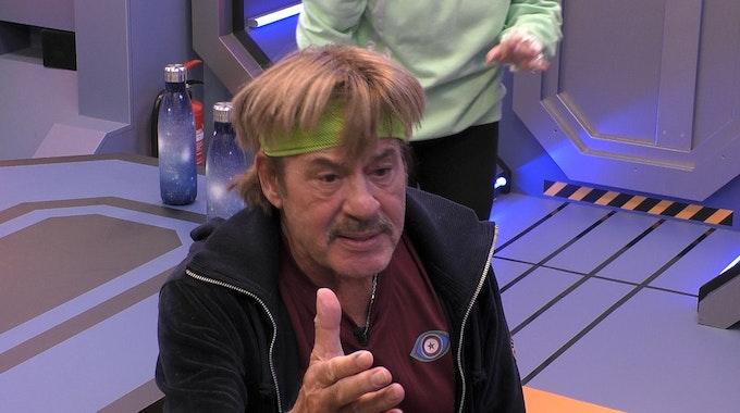 Auf der Raumstation von Promi Big Brother 2021 herrscht nach dem Einkauf dicke Luft: Paco Steinbeck und Papis Loveday legen sich mit dem Rest der Crew, allen voran Jörg Draeger (im Bild), an.