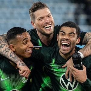 Wolfsburgs Joao Victor (l-r), Daniel Ginczek und Paulo Otavio jubeln nach dem Spiel gegen Malmö im Februar 2020.