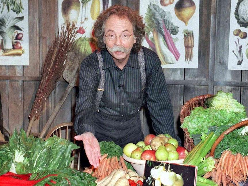 Jean Pütz präsentiert als Hobbythek-Moderator einen Gemüsekorb.