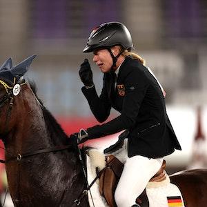 """Annika Schleu sitzt bei Olympia weinend auf ihrem Pferd """"Saint Boy""""."""