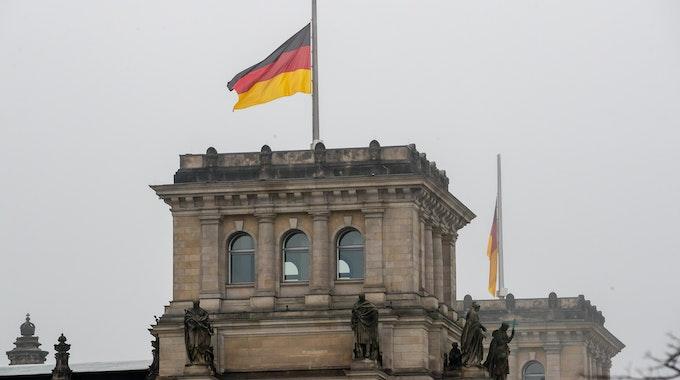 Auf Halbmast: Am 13. August ist der Anlass der Jahrestag des Berliner Mauerbaus und der Schließung der innerdeutschen Grenze. Unser Bild wurde 2021 in Berlin gemacht.