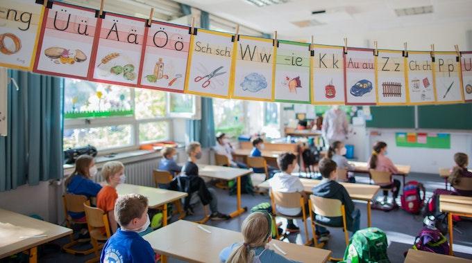 Schüler sitzen in ihrem Klassenraum.