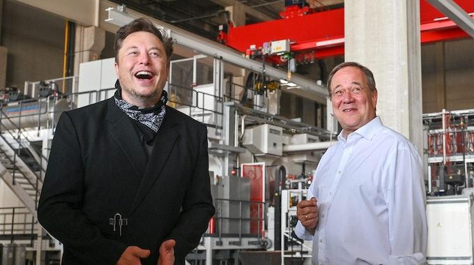Elon Musk (l.), Tesla-Chef, und Armin Laschet, CDU-Bundesvorsitzender und Ministerpräsident von Nordrhein-Westfalen, besichtigen am Freitag (18. August) die künftige Gigafactory in Grünheide. Laschet brachte den Tesla-Chef mit einer Frage unfreiwillig zum Lachen.