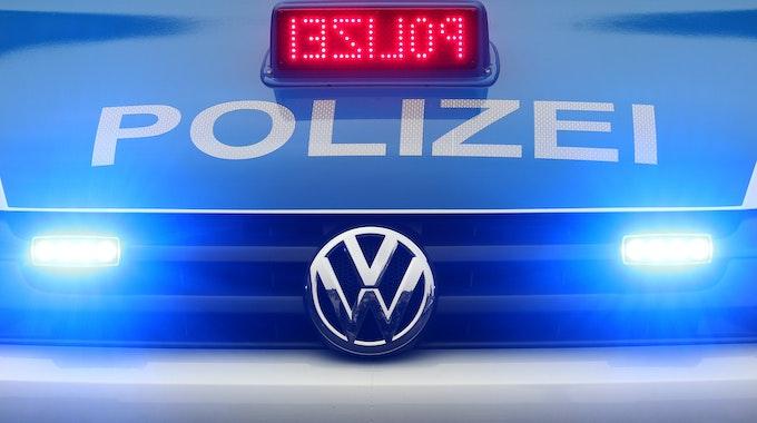 Ein Polizeiwagen steht am 08.Januar 2012 mit Blaulicht in Düsseldorf (Nordrhein-Westfalen). Foto: Roland Weihrauch/dpa (zu dpa «Polizeiwagen sollen US-Sirene und rotes Blinklicht bekommen» vom 31.05.2013).
