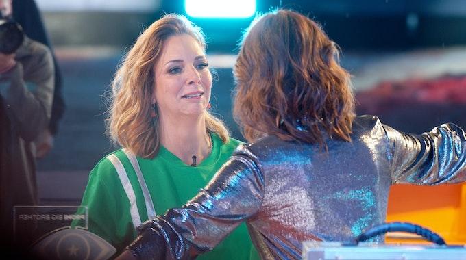 """Seid umschlungen, Prominente! Danni Büchner geht am 6. August zum Start der Sat.1-Show """"Promi Big Brother"""" 2021 auf Moderatorin Marlene Lufen zu."""