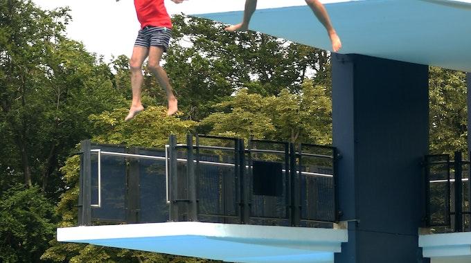 Toni Schumacher und Sven Pistor springen vom 10 Meter Brett im Müngersdorfer Stadionbad.