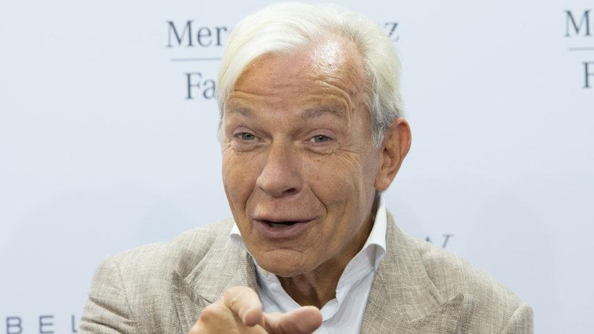 """Der Medienpsychologe Franz-Josef """"Jo"""" Groebel kommt am 08.07.2015 in Berlin bei der Mercedes-Benz Fashion Week zur Modenschau des Labels Minx."""