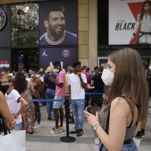 Menschen stehen vor dem offiziellen PSG-Shop im Stadion Parc des Princes in einer Warteschlange, um ein Trikot mit dem Namen von Messi zu kaufen.