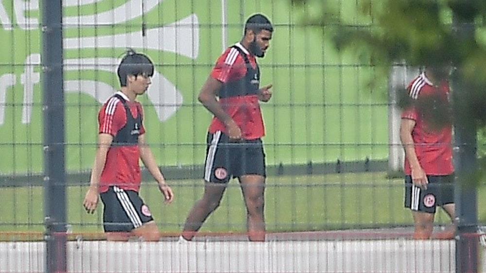 Ao Tanaka (l.) beim ersten Training mit Fortuna Düsseldorf. Neben ihm läuft Jamil Siebert.