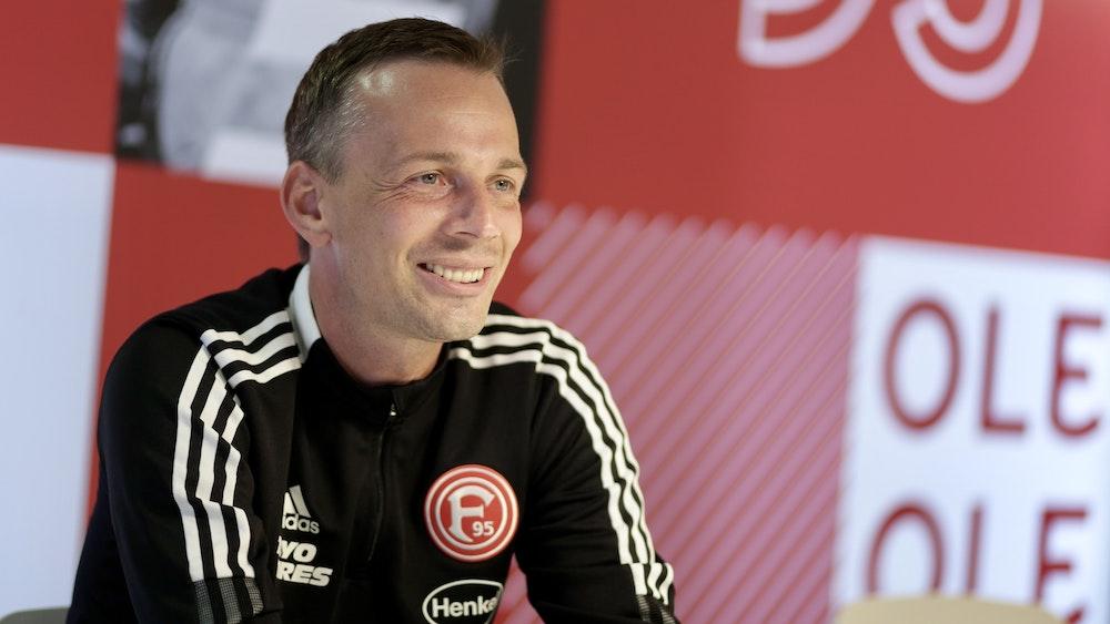 Fühlt sich im August 2021 sichtlich wohl bei Fortuna Düsseldorf: Trainer Christian Preußer (37).