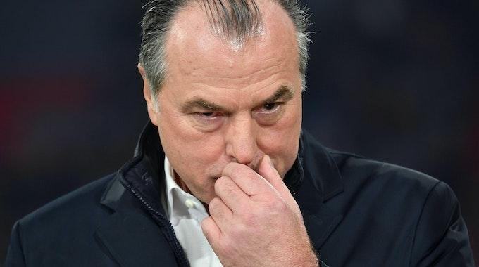 Clemens Tönnies steht beim Spiel des FC Schalke am Spielfeldrand.