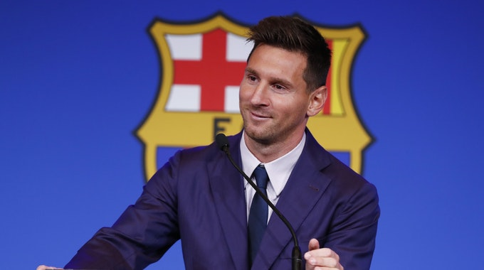 Lionel Messi lächelt bei seiner offiziellen Verabschiedung beim FC Barcelona.