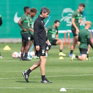 Mark van Bommel, Trainer VfL Wolfsburg, geht beim Training am 11. August 2021 über den Platz.