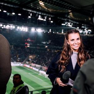 Laura Wontorra beim Einsatz im Stadion.