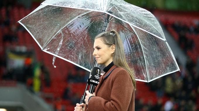Moderatorin Laura Wontorra steht beim Spiel zwischen Bayer 04 Leverkusen und dem FC Porto an der Seitenlinie.