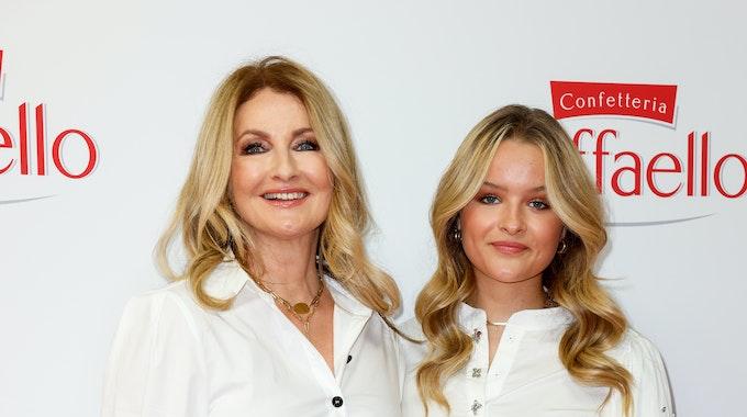 """Frauke Ludowig (l) und Tochter Nele Ludowig kommen am 12. August zum """"Raffaello Summer Dinner 2021"""" in der Königlichen Porzellan-Manufaktur Berlin. +++ dpa-Bildfunk +++"""