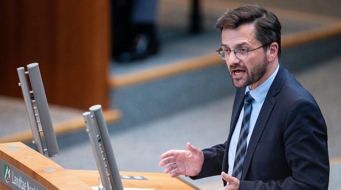 Thomas Kutschaty, Fraktionsvorsitzender der SPD, spricht während einer Sondersitzung des Landtags.