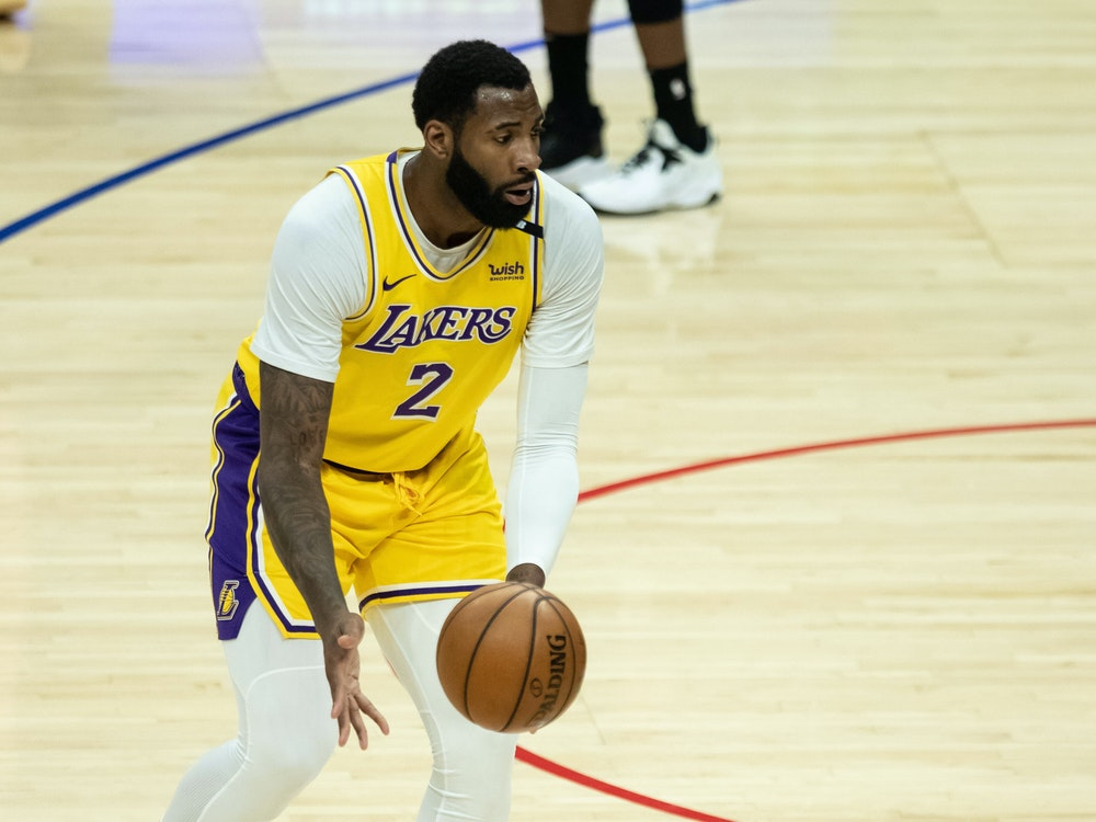 Andre Drummond dribbelt mit dem Basketball.
