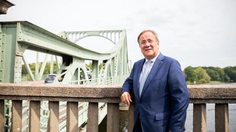 Armin Laschet, CDU-kandidaat voor kanselier, staat voor de Glinicky-brug aan het begin van een herdenkingsevenement ter gelegenheid van de 60e verjaardag van de bouw van de Berlijnse Muur.