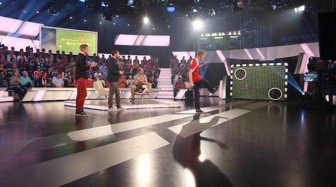 Ein Gast schießt den Ball beim Torwandschießen im ZDF-Sportstudio.