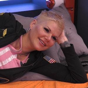 Melanie Müller liegt bei Promi Big Brother auf dem Bett und spricht über ihre Ehe.